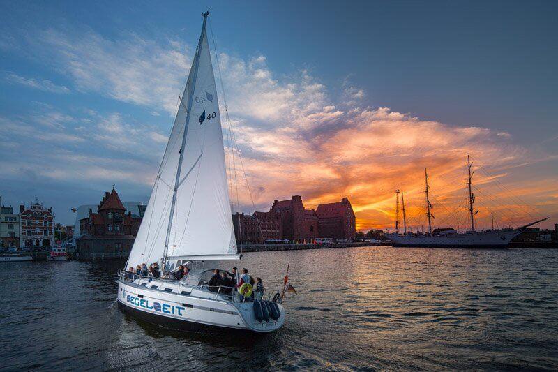 Abendfahrt durch den Stralsunder Hafen.