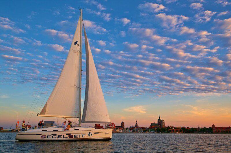 Segeln von Stralsund in Mecklenburg Vorpommern über die Ostsee