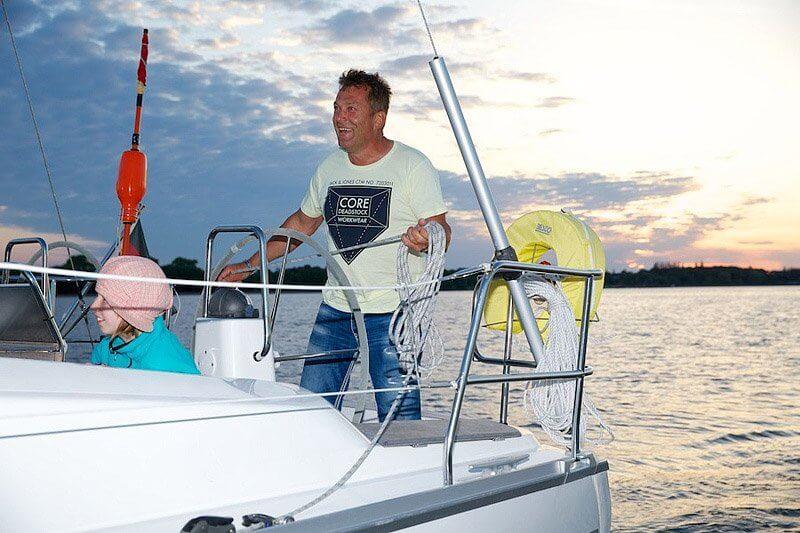 Skipper Segeln von Stralsund in Mecklenburg Vorpommern über die Ostsee