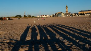 Segelcrew am Strand Warnemünde Ostsee