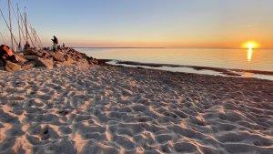 segeln Ostseeküste abends am Strand